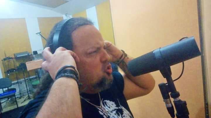 O Headhunter D.C. escolheu uma das músicas menos usuais do Iron Maiden em turnês. No detalhe, Sérgio 'Baloff' nas sessões de gravação no Massa Sonora Studio, em Salvador (BA)   Foto: Richard Meyer