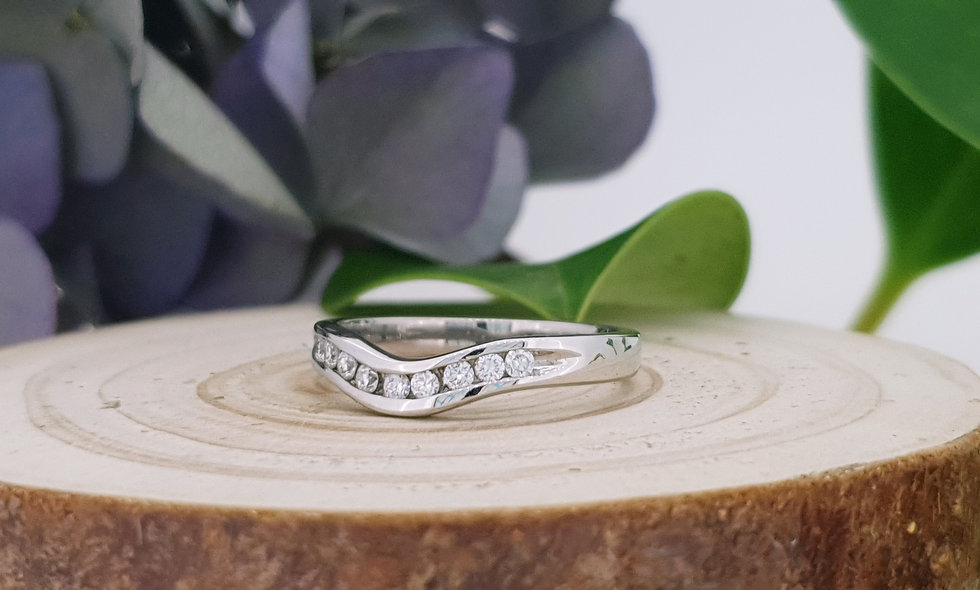 18ct White Gold and Diamond Shaped Ring