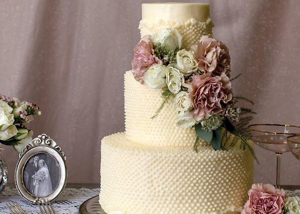 Buy a different types of wedding cakes