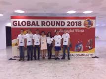 נבחרת תיכון אחד העם עם חולצות המשלחת בטקס הפתיחה של גביע המלומדים