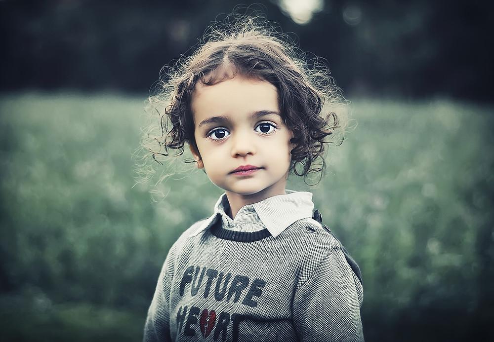 Kind blickt fragend in die Welt