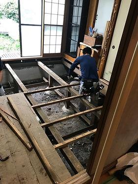 所沢のリフォーム会社原田ホームの社員が和室を洋間に変更するリフォーム工事をしている。