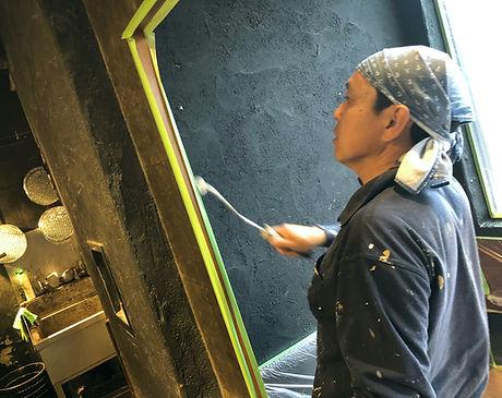 原田ホームが焼肉店の店内壁を塗装している施工写真
