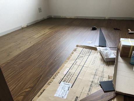 所沢のリフォーム会社原田ホームの社員が原状回復工事の際に,フローリング張り替えの工事をしている。