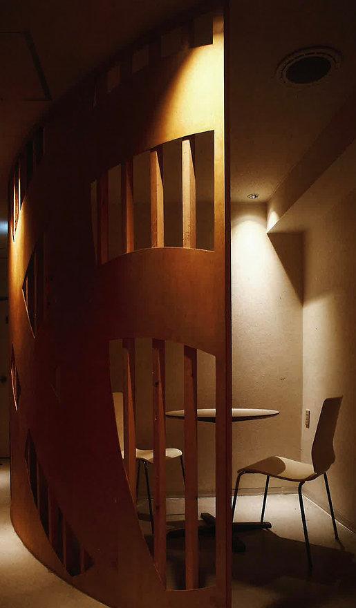 原田ホームが都内で施工したバーの写真。曲線を使用したデザインを高い技術で実現している。