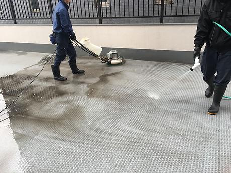 所沢のリフォーム会社原田ホームで賃貸マンションの定期清掃を行なっている施工写真。汚れがかなり落ちている。