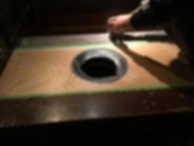 所沢のリフォーム会社原田ホームの社員が焼肉店で食卓の天板を貼り替える工事をしている。