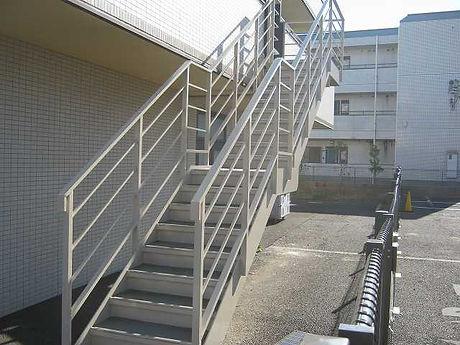原田ホームが介護福祉施設の外階段の塗装工事をしている施工写真