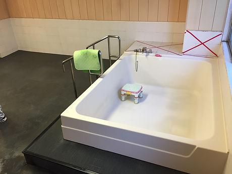 原田ホームが病院の浴室の漏水を修理している写真。