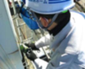 所沢のリフォーム会社原田ホームの社員が賃貸マンションの壁面補修を行なっている施工写真