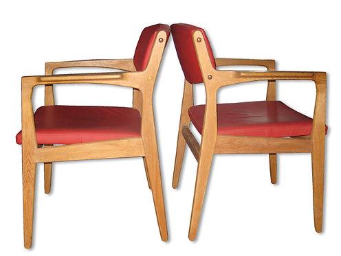 Et par armstole af eg polstret med rødt læder