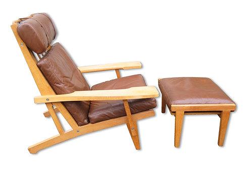 H.J. Wegner: Højrygget lænestol med fodskammel (GE 375 og GE 370S)