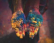 deux mains ouvertes couvert de poudre colorées