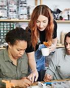 Frauen in der Schmuckwerkstatt