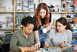 Les femmes dans l'atelier de bijoux