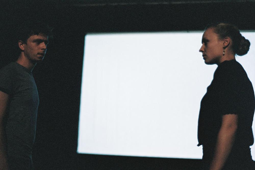 Jules Puibaraud et Enora Marcelli dans La peur dedans (petite forme) à Théâtre en liberté #4 en août 2014 (photo : Adrien Regard)