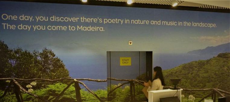 Photo poetry na saida do tax_free shop n