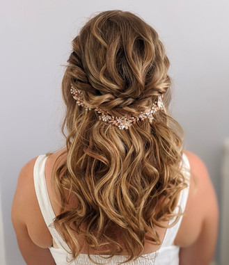 Half up half down wavy bridal hairstyle.