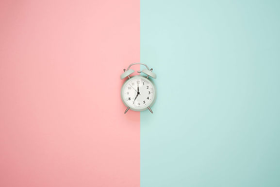 Alarm-clock-on-pink-blue-background