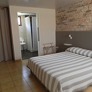 chambre accessible hotel les pins.JPG