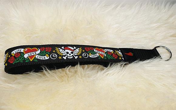 Paprika-Halsband mit Herz und Totenkopf