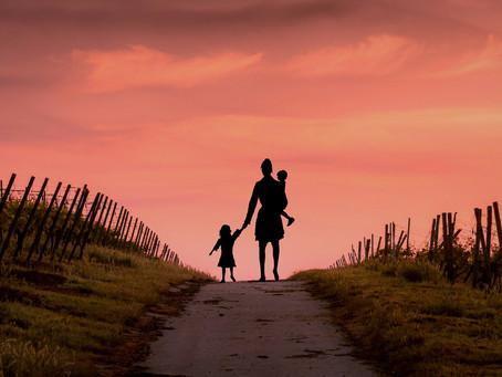 A bántalmazott édesanya egyedül maradt két kisgyermekével