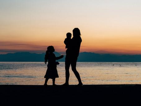 Komfort nélküli házikóban él csecsemőjével és 4 éves kislányával az egyedülálló fiatal édesanya