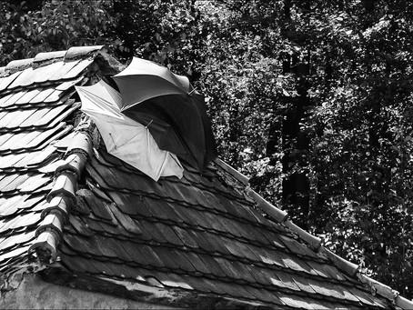 Beszakadt tető alatt 7 gyermekével már csak a csodában bízik az édesanya