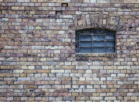 Bedeszkázott ablakokkal várja a telet 5 gyermekével az édesanya