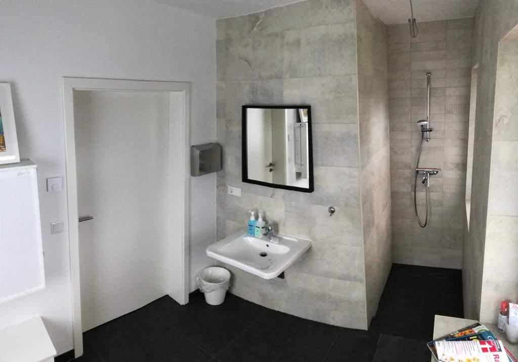 Behinderten WC mit Dusche Erdgeschoss