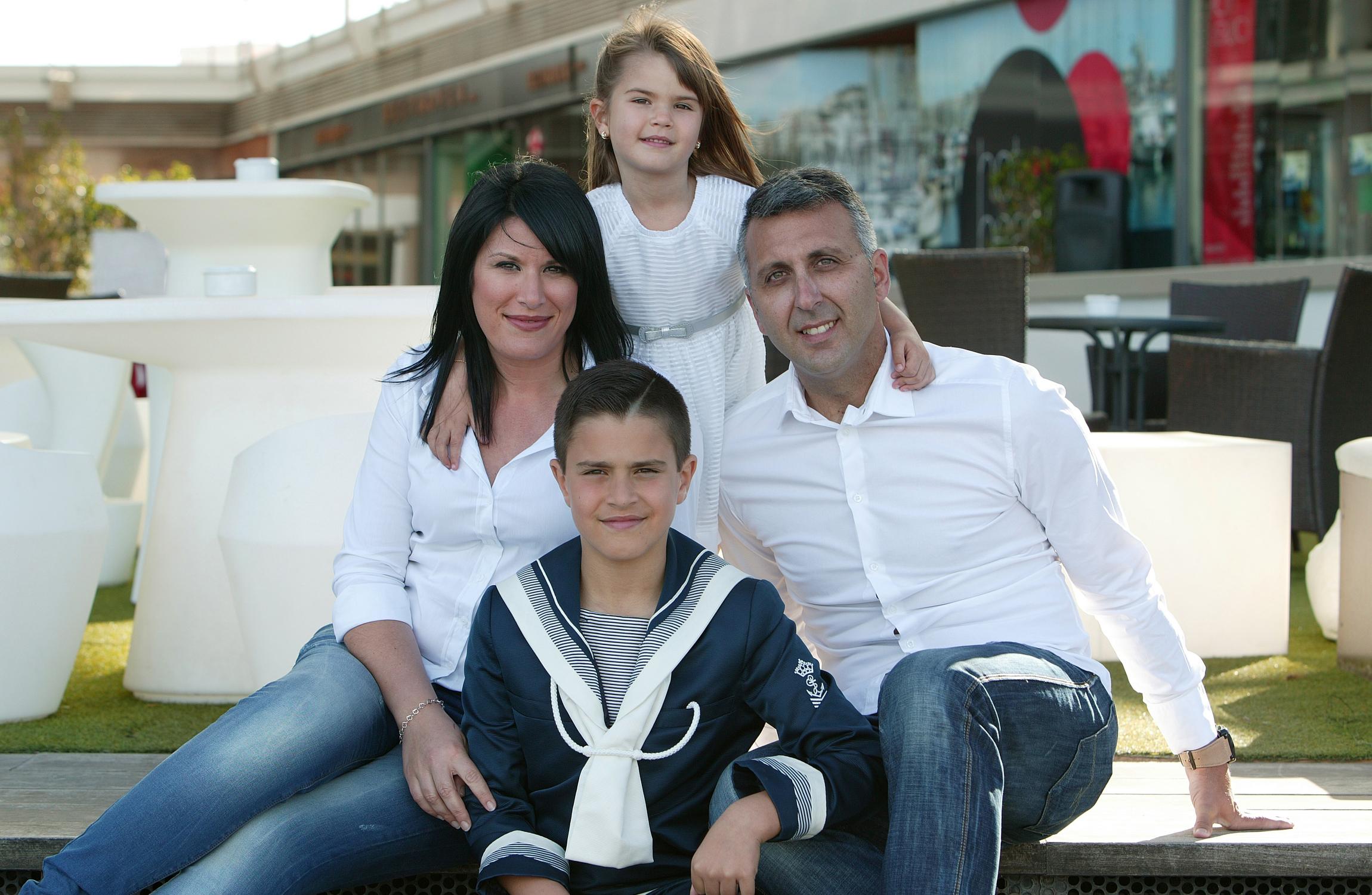 Hugo con sus padres y hermana