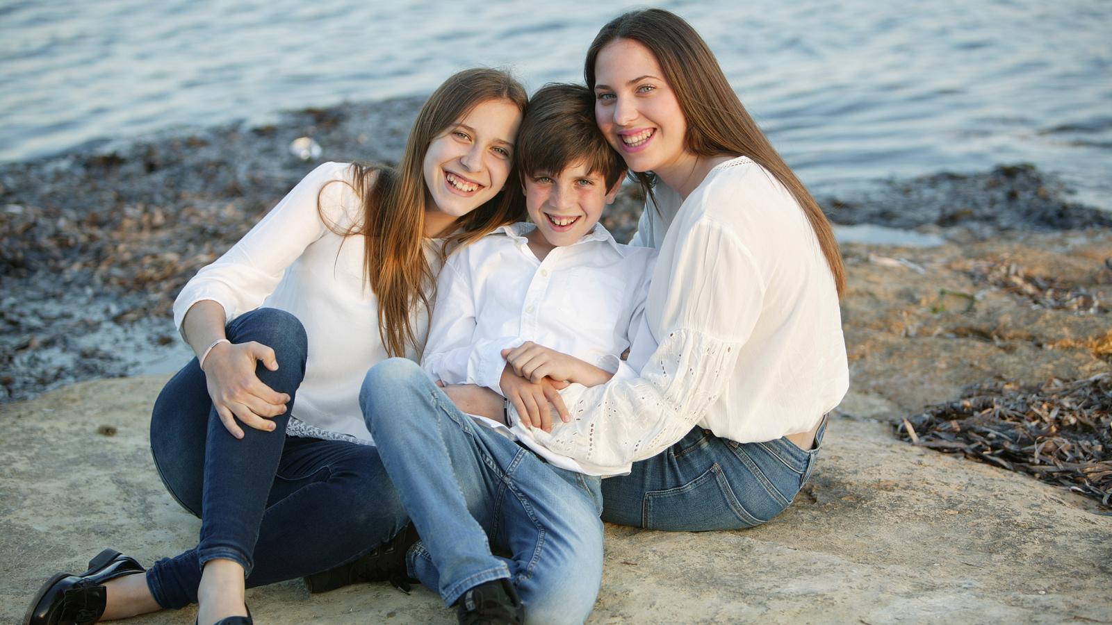Patrick con sus hermanas Paula y Carla