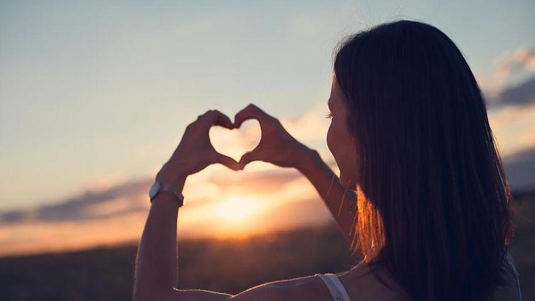 femme-qui-forme-un-coeur-avec-ses-mains-