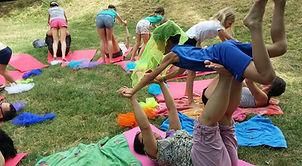 Linstantcocoonyoga propose des ateliers de yoga en famille en Rhône-Alpes, Drôme provençale.