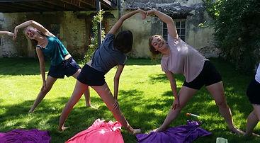 Linstantcocoonyoga propose des ateliers de yoga ludique pour les enterrements de vie de jeune fille en Rhône-Alpes, Drôme provençale.