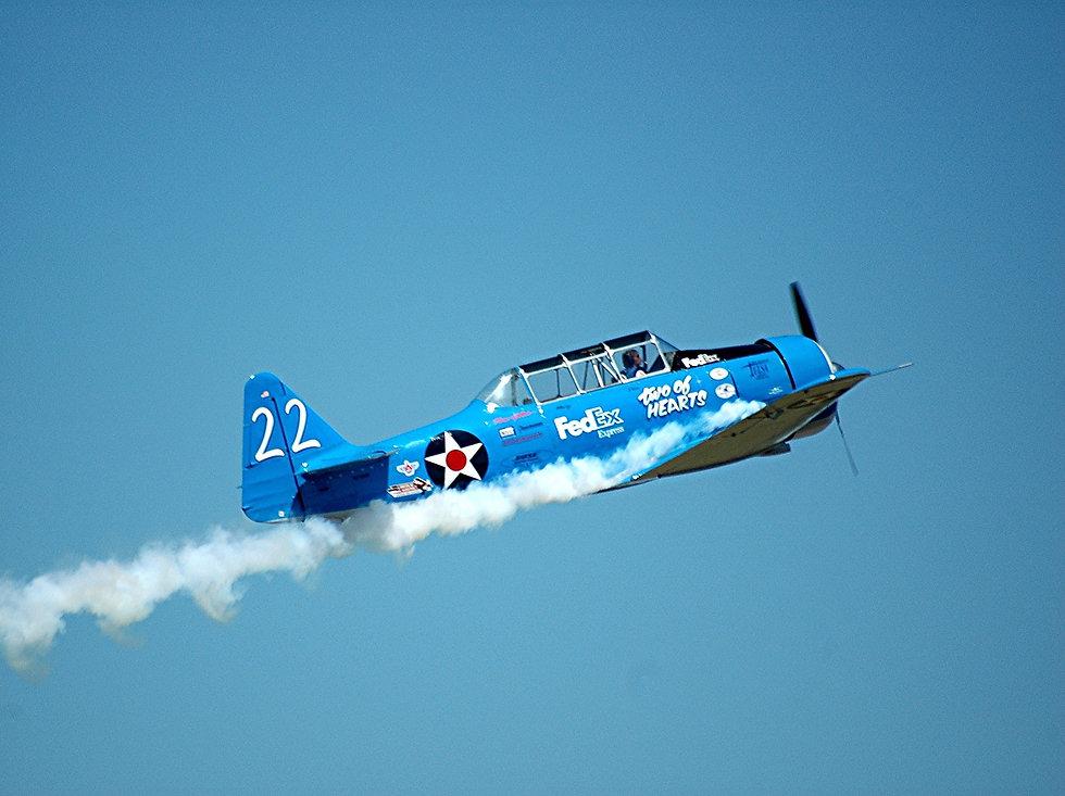 stunt-plane-1703740_1920.jpg