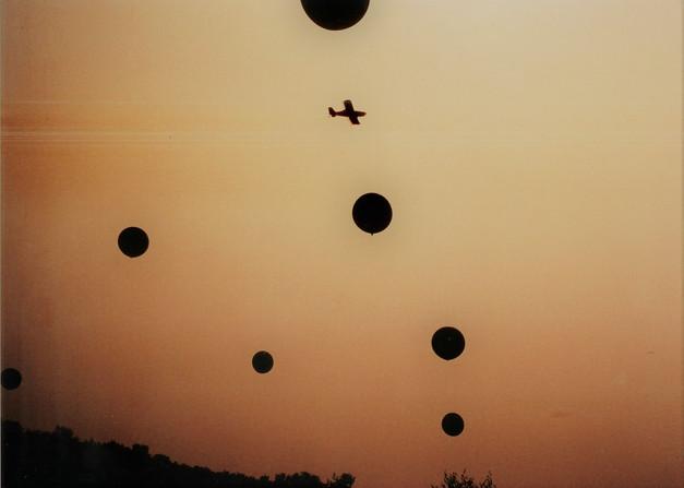 12 zwevende blauwe bollen