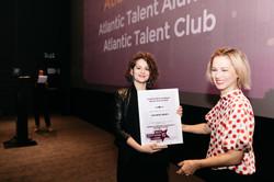 Tina Miličić preuzima nagradu