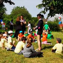 Les élèves British invitent les écoles primaires. Explaining the games.jpg