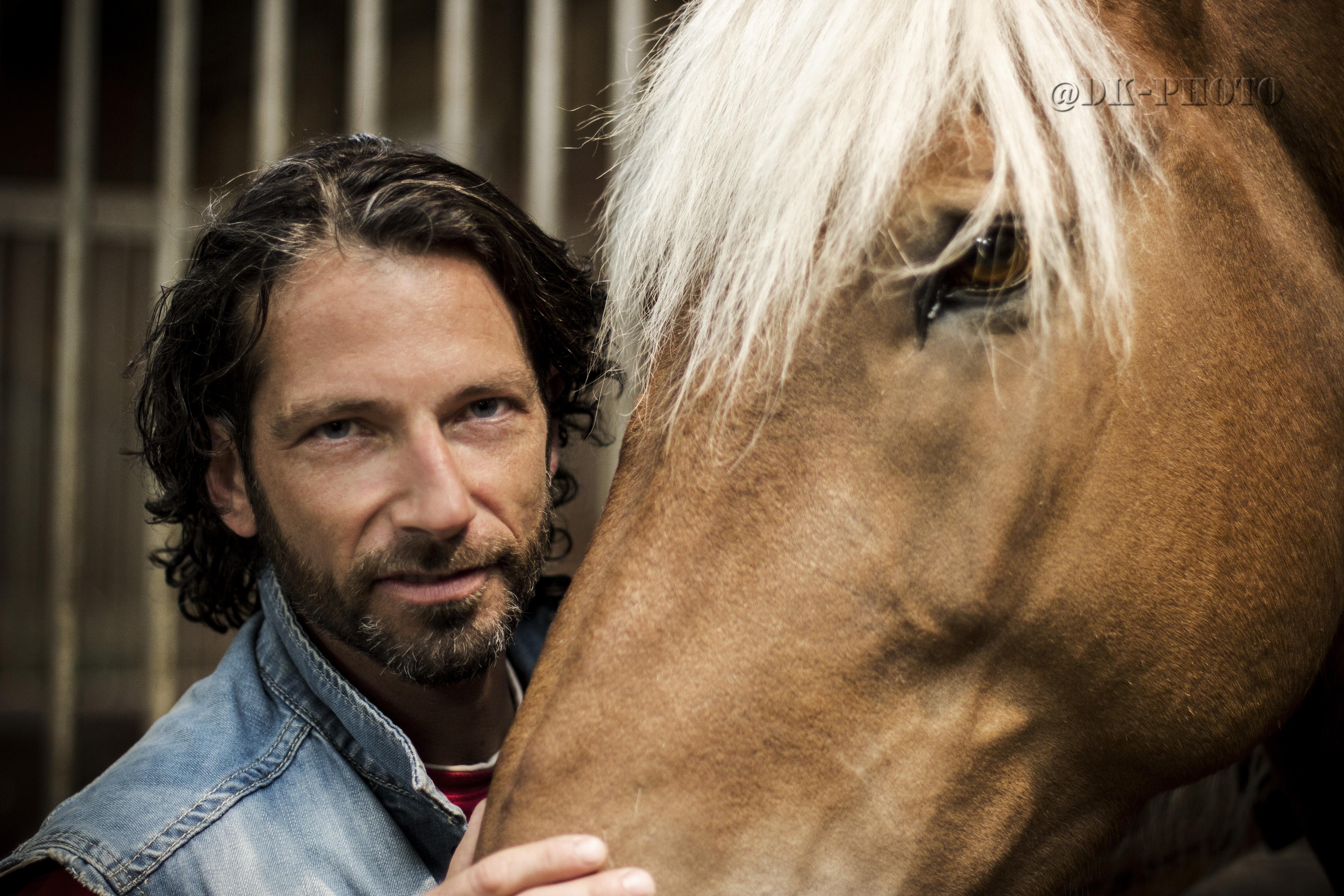 sylvain pose avec son cheval