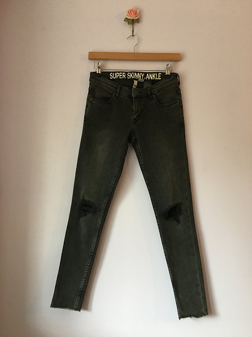SUPER SKINNY RIPPED KNEE JEANS