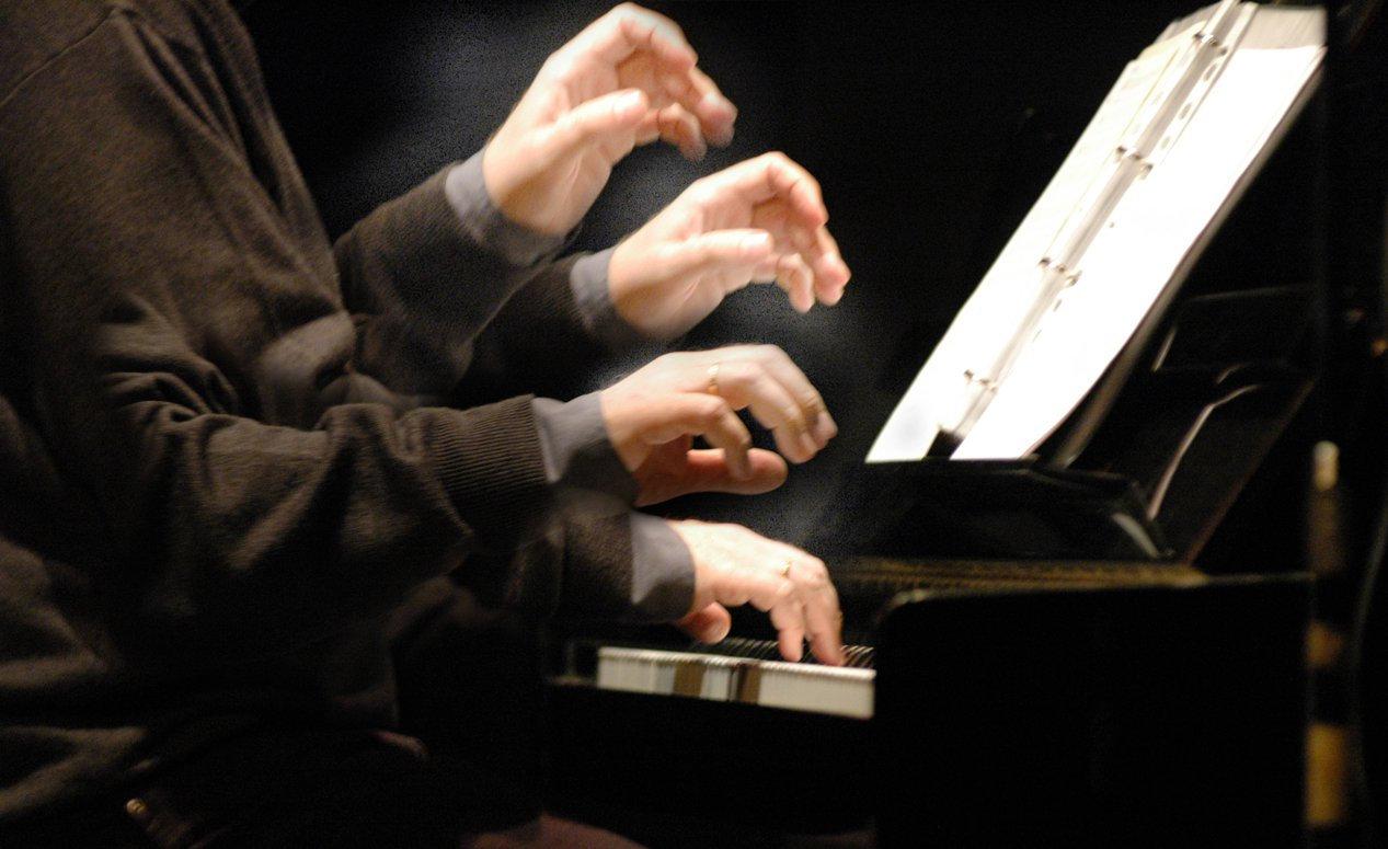 """Girolamo De Simone,(Napoli 1964), vive e lavora alle pendici del Monte Somma, a ridosso del Vesuvio. Musicista e agitatore culturale, è considerato come uno degli esponenti delle avanguardie italiane legate alla musica di frontiera. Ha ricevuto molteplici riconoscimenti, tra cui il """"Premio Internazionale Capri Musica per la musica contemporanea - 2004"""", e il """"Premio Masaniello 2013, Napoli, città di suoni"""".  Pianista, elettro-performer e compositore, nella sua formazione si è riferito ad Eugenio Fels, che lo ha seguito dai primi passi fino al diploma di pianoforte, a Riccardo Risaliti, Gordon Murray (clavicembalo) e a Eliano Mattiozzi-Petralia (direzione d'orchestra).  Negli anni Ottanta sono poi determinanti gli incontri con il compositore autodidatta Luciano Cilio (1982) e con John Cage, che conosce in occasione di """"Events"""" (Napoli, 1984). Non si tratta di suoi 'insegnanti', ma di figure carismatiche che segneranno le scelte future, non solo musicali."""