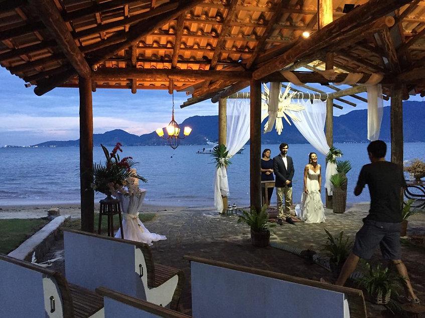 casamento noivos altar praia.jpg