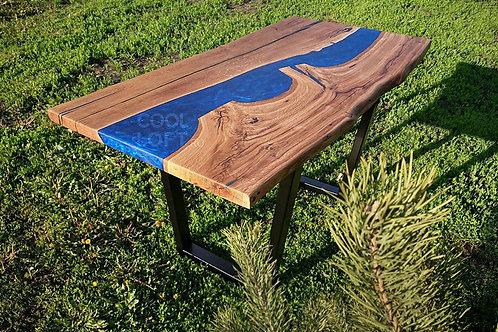 Стол с синей рекой из эпоксидной смолы