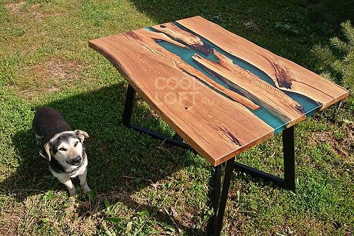 Деревянный стол с голубой рекой из эпоксидной смолы