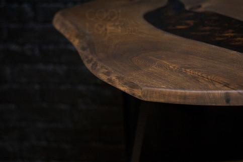 Стол с живым природным краем