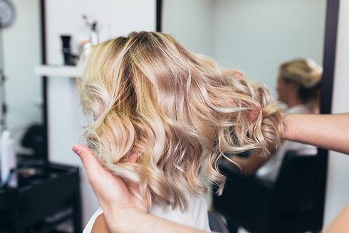 haarschnitt-blond-friseur-cut-concept