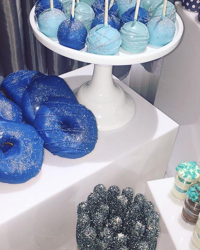 All that glitters is yummy ✨ ••• #sweettable #decor #desserts #babyshower #bluethemedparty #mtlaveca