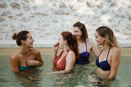 evjf photographe vaucluse uzes piscine rire copines amies enterrement vie jeune fille