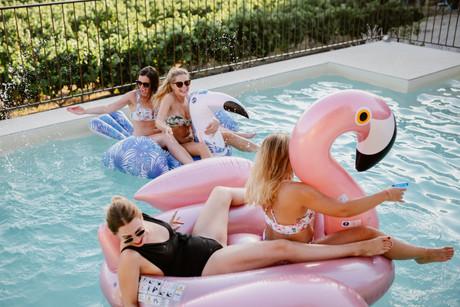 evjf photographe vaucluse beaumes piscine rire copines amies enterrement vie jeune fille